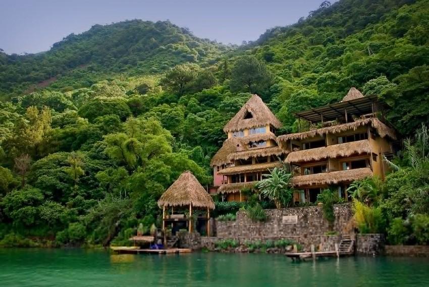 Somente acessível através das  águas azuis do lago Atitlan, na Costa Rita, o Laguna Lodge  é a  porta  de  entrada  para  a  reserva  natural  de  Laguna.  Oferecendo  vistas  deslumbrantes  sobre os vulcões, este hotel funde-se com a natureza crua e bela. Construído inteiramente  de  materiais  locais  e naturais,  o  hotel  é quase  autossuficiente:  a  energia  consumida  é fornecida  por  painéis  solares  e  a  água  da  chuva  é recuperada  durante  todo  o  ano.  O  restaurante  do  Laguna  Lodge  utiliza  ainda  ingredientes  feitos  por  produtores  locais  e  oferece um delicioso  menu vegetariano!