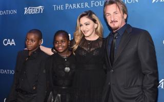 Com os dois filhos adotivos e Sean Penn, ex-marido