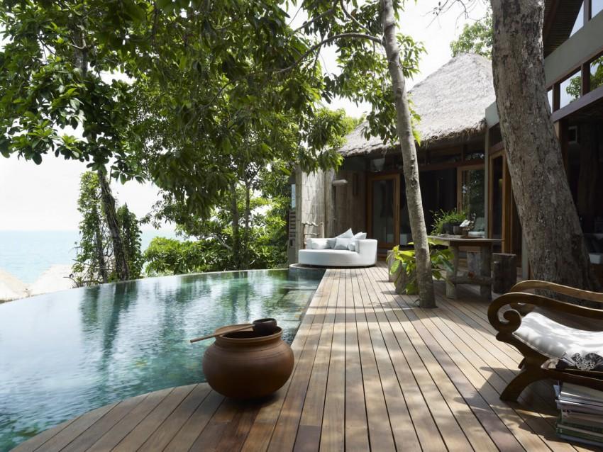 Song  Saa  Private  Island  é um  oásis de  paz  no Golfo da  Tailândia. Localizado  no  meio de  duas ilhas, ligadas por uma ponte de madeira, e rodeado de praias de areia branca, o hotel  goza de uma vista deslumbrante, rodeado pelo mar azul turquesa e por recifes de corais  sublimes. Projetadas em conformidade com  este ambiente excecional, as moradias foram  construídas a partir de materiais naturais e barcos de pesca velhos.  Também a  água está em toda parte e  é o centro das atenções: graças aos equipamentos  eco-friendly do hotel,  nenhuma gota  é desperdiçada. Com uma forte influência budista, o Song Saa  é um lugar  em perfeita harmonia com a natureza.
