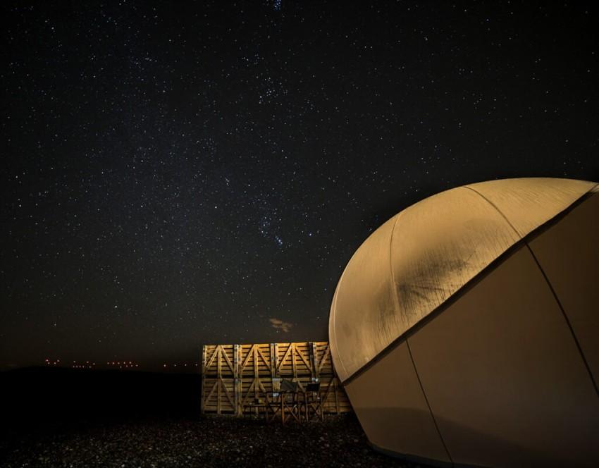 Como uma miragem no deserto, o hotel Aire de Bardenas está localizado no Parque Natural de Bardenas, em Espanha: um espaço natural semidesértico que faz lembrar o planeta Tatooine. As suites são cúbicas e alguns dos quartos têm a forma de uma esfera. Ao cair da noite, o resort, isolado de todas as luzes da cidade, goza de um incrível céu estrelado que permite aos seus hóspedes contemplar as estrelas e galáxias.