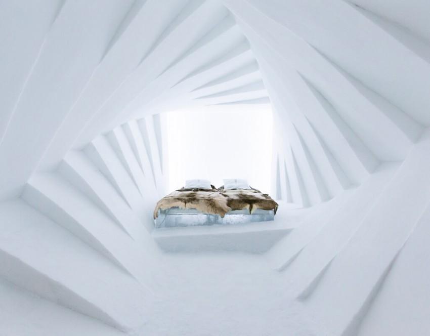 """O Ice Hotel, localizado a 200 quilómetros do Círculo Polar Ártico, na Suécia, foi concebido como uma obra de arte que renasce a cada primavera. Dispõe de quartos e suites de gelo, criando uma atmosfera que lembra o planeta de gelo Hoth, do episódio """"O Império Contra-Ataca"""". O hotel organiza várias atividades como a exploração das redondezas a trenó ou de ski, ou ainda, para os mais ousados, treinos de sobrevivência."""