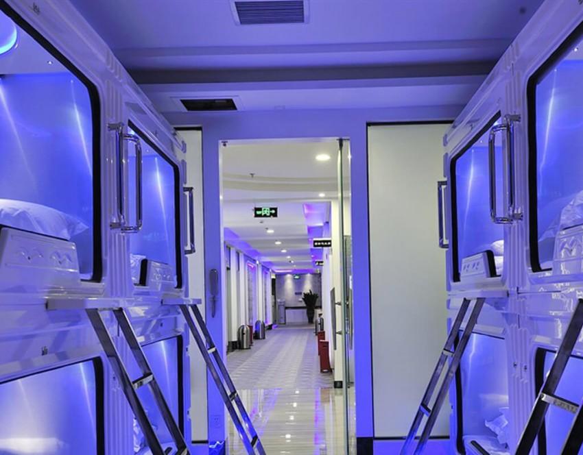 No hotel Pengheng Space Capsules, na China, todas as interações são com robôs: desde a receção dos hóspedes até ao serviço no restaurante. Conta com dormitórios semelhantes a naves espaciais e múltiplas comodidades tecnológicas. A iluminação violeta dá um toque final para uma atmosfera futurista, capaz de fazer com que os hóspedes se sintam verdadeiros guerreiros Jedi.
