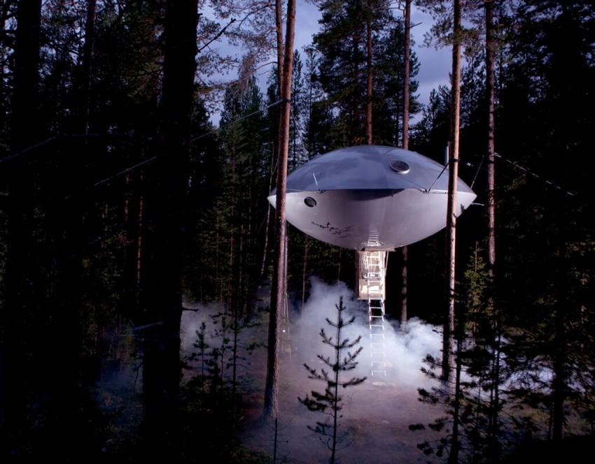 Suspenso, a 5 metros do chão, o quarto OVNI do Treehotel contrasta com a paisagem em redor. As diferentes cabanas que compõe o hotel estão localizadas no meio da floresta, mas projetadas para minimizar o seu impacto no meio ambiente. A apenas 50 quilómetros do Círculo Polar Ártico, este hotel oferece um universo inspirado nos clássicos da ficção científica. Esta é a oportunidade perfeita para entrar na pele de Han Solo a bordo do Millennium Falcon e explorar o deslumbrante cenário sueco.
