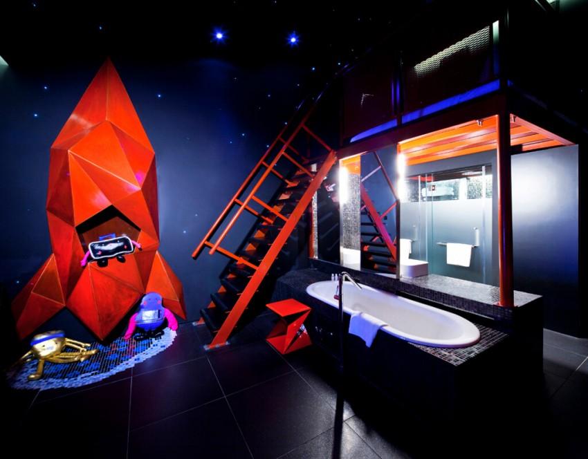 """Cada andar é inspirado por um mundo e aventura diferentes. É assim no hotel Wanderlust, em Singapura, onde no último andar, chamado """"Creature Comforts"""", se encontra o quarto """"Space Room"""". Decorado com um foguete, rampas de lançamento, tetos e paredes com estrelas, este é o lugar de descanso ideal para o Skywalker que há em si. No entanto, por razões de segurança, os hóspedes são convidados a deixar os seus sabres de luz na receção."""