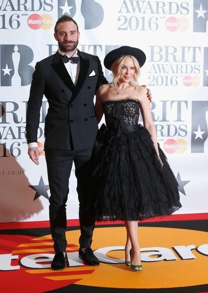 Kylie Minogue e Joshua Sasse