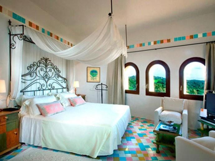 Localizado no glamouroso Porto Cerva, em Itália, a noite na suíte presidencial do Hotel Cala di Volpe custa em média 26.000 reais. A suíte possui três quartos, um solário, uma área fitness e uma enorme piscina privativa.