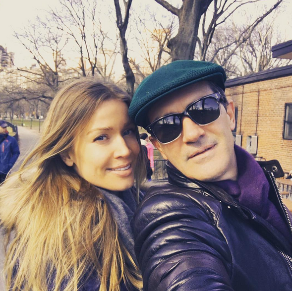 Antonio Banderas e a namorada, Nicole, também assinalaram a data.