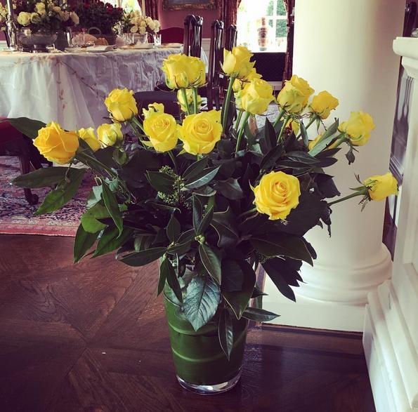 Elton John mostra aos seguidores o ramo de flores que recebeu do seu marido, David Furnish.