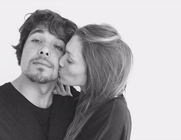 """""""Happy Valentine's Day pessoas bonitas!!! Encham as vossas caras metade de beijos e mimo este aqui hoje vai ficar amassado de tanto ser apertado"""", partilhou Joana Freitas."""
