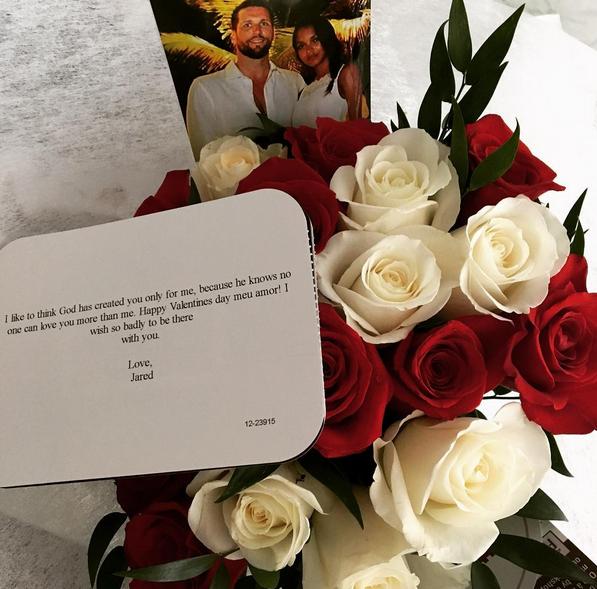 Lais Ribeiro recebeu flores do marido.