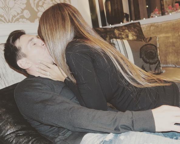 Antonella Roccuzzo publicou uma imagem na qual surge a beijar o companheiro, Messi.