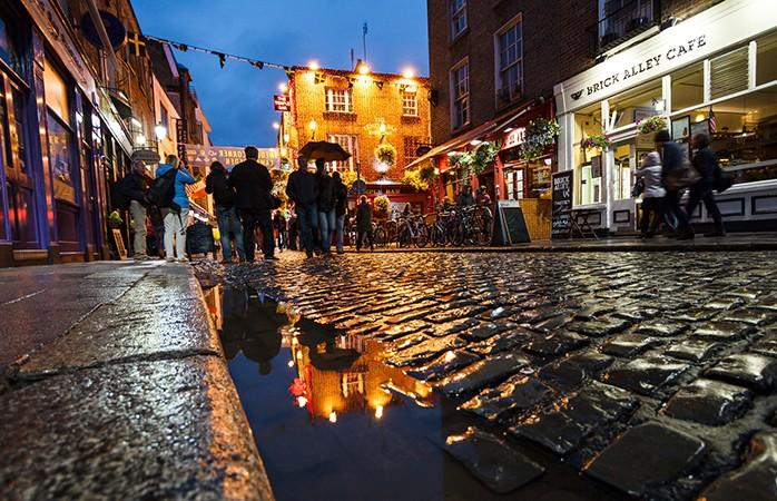Dublin, Irlanda - Com uma história milenar, uma população orgulhosamente internacional e arquitetura contemporânea, é quase impossível não cair nos encantos paradoxais de Dublin. Pode realizar visitas guiadas pela metrópole que passam por calçadas minúsculas, antigas torres sineiras e mansões citadinas Georgianas onde residiram figuras históricas como Oscar Wilde, James Joyce e Bram Stoker. Passeie pelos muitos espaços verdes de Dublin, como o Phoenix Park com as suas majestosas manadas de cervos selvagens e acabe a noite num dos muitos pubs da cidade. Os Irlandeses são conhecidos mundialmente pela sua boa disposição e por isso não vai precisar de ir à procura de diversão em Dublin pois ela virá certamente ao seu encontro.