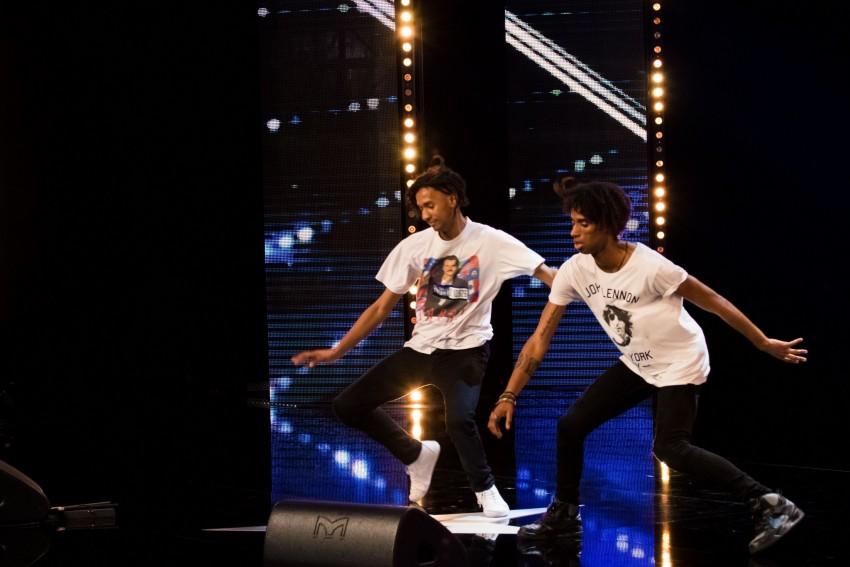 Ermelindo e Adilani são irmãos. Apaixonados pela dança, atuam juntos desde 2013. Dançar hip hop é a sua forma de vida, têm influências de danças jamaicanas com partes de contorcionismo. Costumam dançar em teatros, discotecas e festivais. Ganharam uma competição de Jerk/Hip hop Smash em 2012. Também são modelos, já fotografaram para marcas em Paris, EUA e Japão.