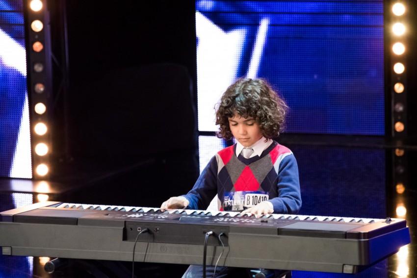 Aos 4 anos, Tiago Mendes começou a ter interesse pelo piano. A partir daí, o pai começou a ensiná-lo. Toca piano todos os dias.