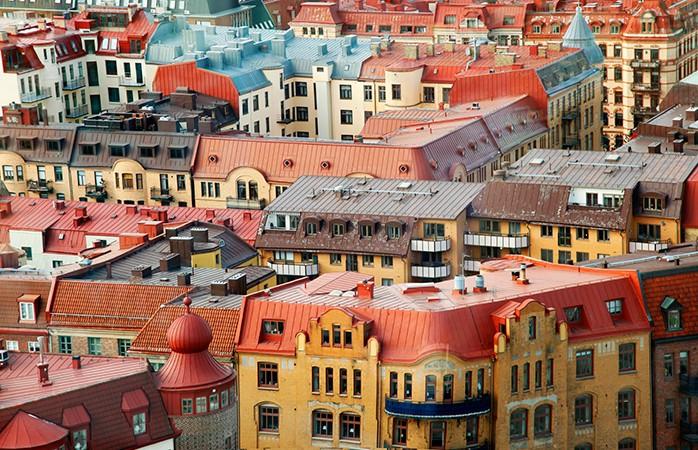 Gotemburgo, Suécia- Sempre afastada da ribalta pela bonita e feminina capital Estocolmo, a supersimpática cidade de Gotemburgo está repleta de cultura e estilo escandinavo para o entreter, e muitas vezes a preços bem mais atraentes para quem viaja sozinho. Independentemente da meteorologia vai sentir-se atraído pelos aromas que emanam dos Jardins Botânicos de Gotemburgo, um dos centros verdes mais floridos da Europa. Coma qualquer coisa rápida no mercado de comida de Stora Saluhallen e siga para o Paddan Boat Tour. Este relaxante cruzeiro é a melhor maneira de encontrar as suas coordenadas entre os canais e as pontes do século XVII que marcam o centro histórico da cidade.