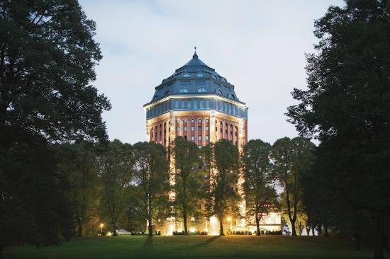 Mövenpick Hamburg (Hamburgo, Alemanha) Construído  numa  antiga  torre  de  água,  este  hotel  de  4  estrelas  é  hoje  um  elegante  e  moderno hotel na área de Sternschanzenpark,  sendo considerado um dos melhores hotéis  para ficar em Hamburgo.