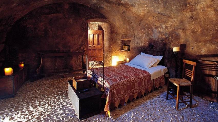 Sextantio (Santo Stefano di Sessanio, Itália) Com vinte quartos, em casas típicas numa pequena aldeia autêntica e preservada, Sextantio é um verdadeiro convite para uma viagem no tempo, que o irá transportar para os tempos  medievais (mas com conforto)!