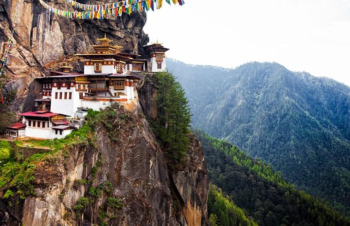 Thimpu, Butão- Se procura uma experiência itinerante independente carregada de realização pessoal, o Butão é o destino a seguir. Conhecido pelas suas fortalezas monásticas nas montanhas e por darem prevalência à 'felicidade interna bruta' sobre o PIB, o Butão só se abriu aos turistas internacionais há cerca de 30 anos, e está ainda relativamente intocado pela influência ocidental. Aliás, este estado é de tal maneira protetor das suas raízes e da sua cultura que só se pode visitar pertencendo a viagens de grupo pré-aprovadas. Vai encontrar festivais de comida, música e dança ao longo do ano no Butão.