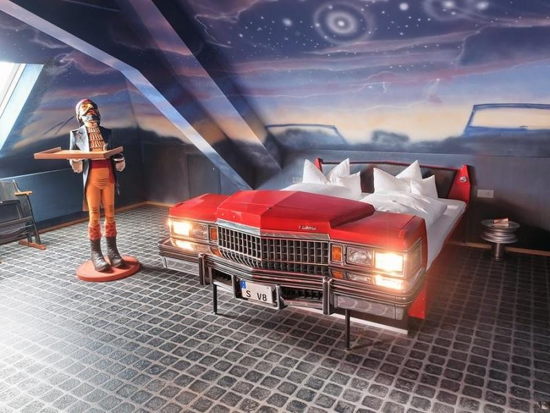 V8 Motorworld Region Stuttgart (Böblingen, Alemanha) E por que não dormir num Cadillac ou num Mercedes?