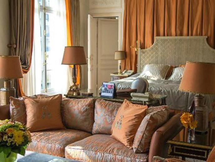A suíte Royal, no Hotel Plaza Athénée, é o maior quarto de hotel de Paris: tem 450 metros quadrados. A noite custa 27.000 dólares. O espaço possui uma decoração clássica inspirada no século XVIII.
