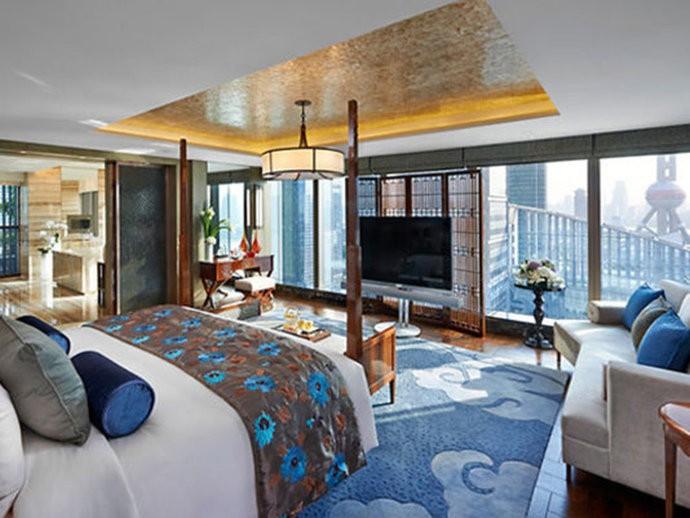A noite na suíte presidencial do Mandarin Oriental, em Pudong, na China, custa em média 27.900 dólares. O luxuoso quarto no 25º andar tem uma impressionante adega privativa, cozinha totalmente equipada, um bar de vinhos, uma sala de reuniões e uma sala de jantar.  Além disso, possui dois jardins.