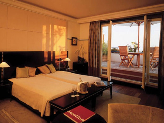 Com uma das maiores suítes da Europa, esse hotel localizado em Cannes, na França, cobra em média 41.300 dólares por noite. Situado no sétimo andar do hotel, a suíte possui quatro quartos, duas salas de estar e duas salas de jantar. Um terraço privado de 290 metros quadrados, com um jacuzzi, oferece uma maravilhosa vista da baía de Cannes.