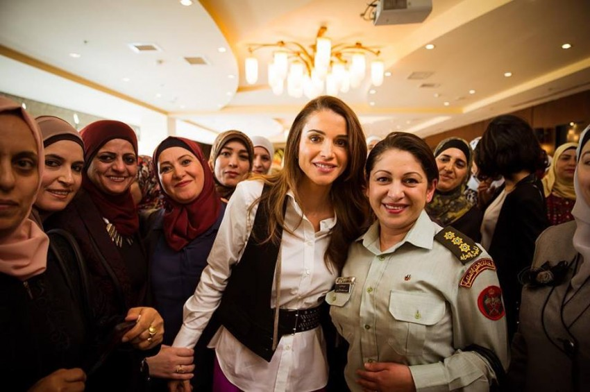 A rainha Rania rodeada de mulheres