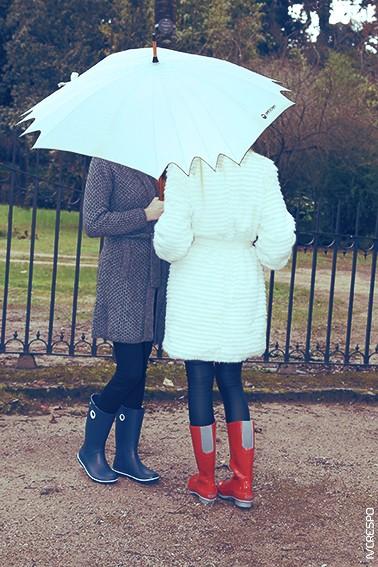 Modelo da esquerda: Roupa - Casual Women; Galochas - Crocs Crocband Jaunt Women's Modelo da direita: Roupa - Casual Women; Galochas - Women's Crocs Tall Rain Boot