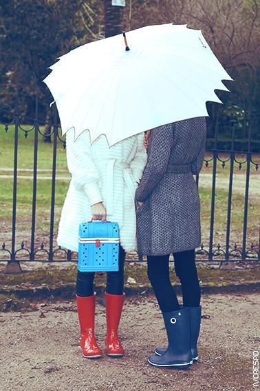 Modelo da esquerda: Roupa - Casual Women; Galochas - Women's Crocs Tall Rain Boot; Mochila - Crocs Jibbitz Zip-top Backpack Modelo da direita: Roupa - Casual Women; Galochas - Crocs Crocband Jaunt Women's