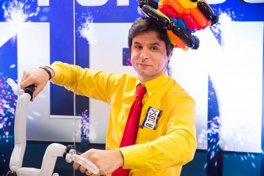 """Nuno Cadilhe estudou teatro até aos 21 anos. No último ano, começou a trabalhar numa empresa como animador a fazer modelagem de balões. Depois foi trabalhar para um restaurante em Inglaterra e, foi nessa altura que aperfeiçoou a técnica de modelagem de balões – era conhecido como """"O Rei dos Balões""""."""
