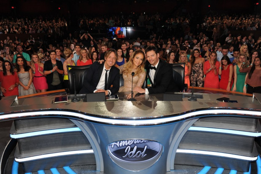 Jennifer Lopez ladeada por Keith Urban e Harry Connick Jr