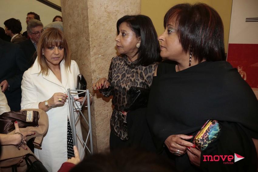 A cabeleireira Marina Cruz com Flora e Sandra, mulher e filha de Eusébio