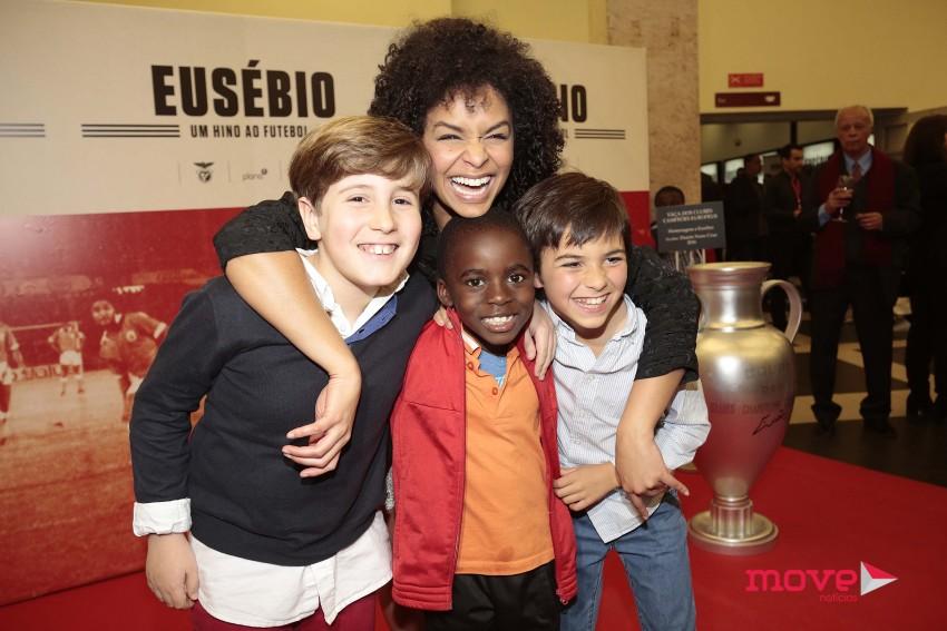 Cláudia Semedo com o elenco infantil