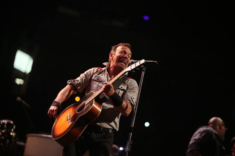 Bruce Springsteen, que atua no primeiro dia do festival, pediu para ter dois camarins. O seu em tons de preto e o da mulher, Patty, todo forrado de branco. Além dos dois espaços individuais, o cantor pediu ainda para ter uma área destina para receber os amigos.