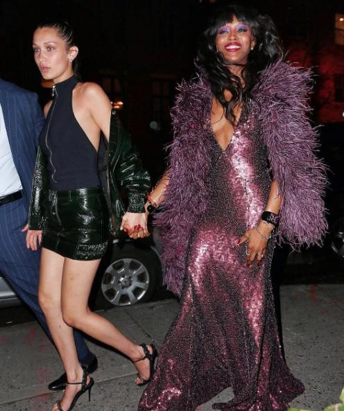Naomi à chegada com Bella Hadid