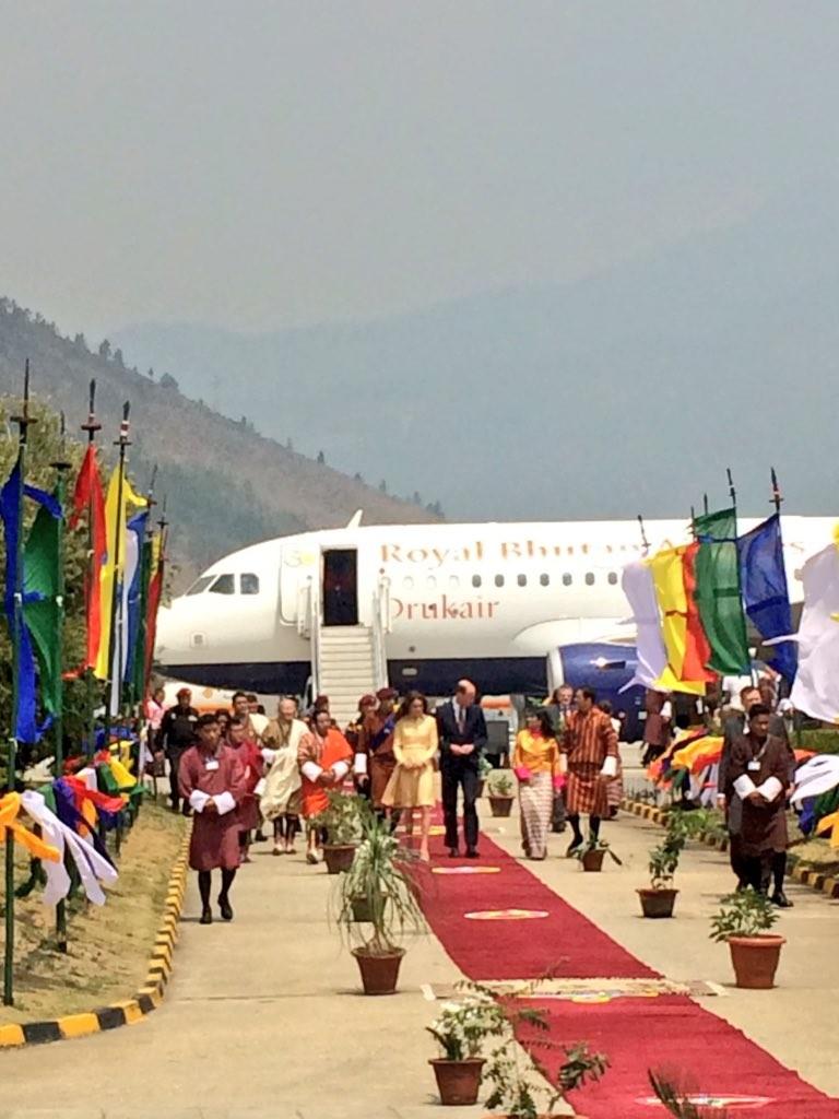 O casal, na manhã de hoje, à chegada à cidade de Paro, no Butão