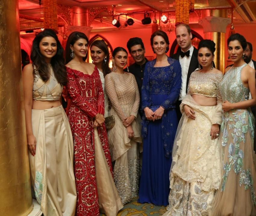 A duquesa ladeada por algumas atrizes de Bollywood