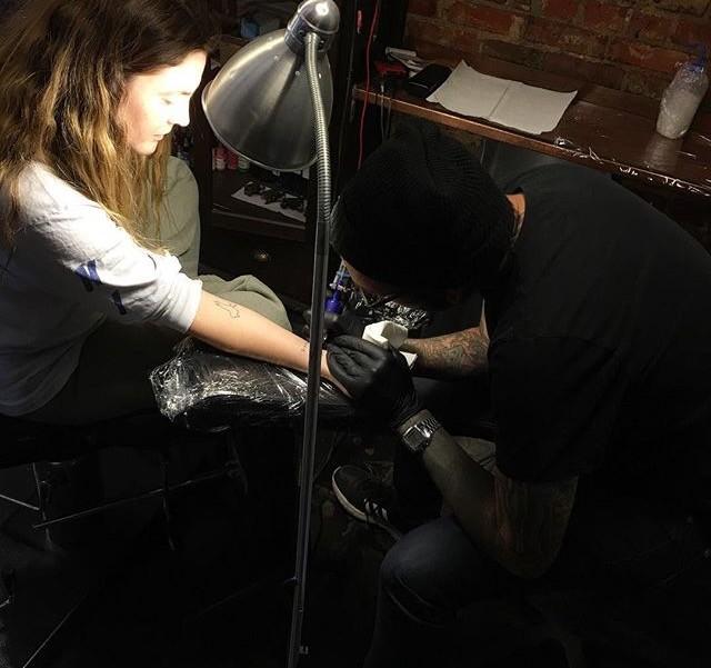 Drew enquanto tatuava o nome dos filhos no pulso