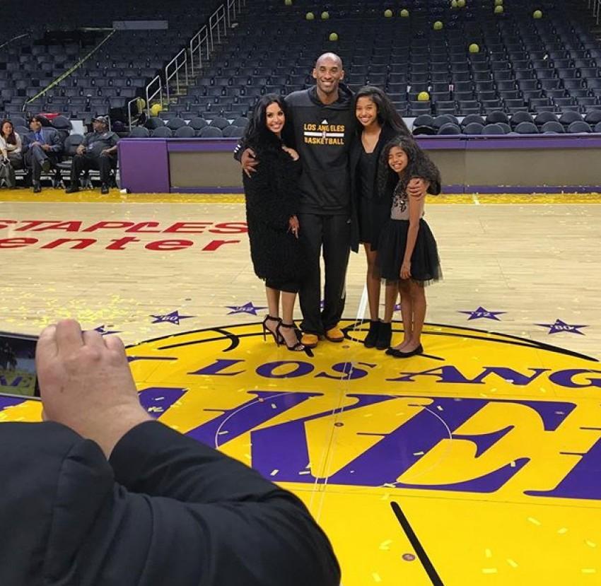 No final do jogo Kobe com a mulher e as filhas