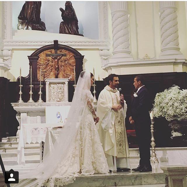 Eri Johnson e Alice Souto durante a cerimónia a cargo do padre Fábio de Melo