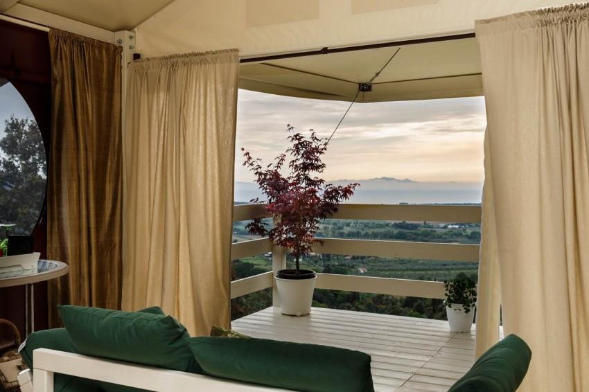 Vedetta Lodges (Itália): Na Toscana, numa colina com vista para o mar reina a tranquilidade. É esta é a promessa do Vedetta Lodges, um glamping de cinco estrelas, com sete suites de 50 metros quadrados, varanda suspensa, casa de banho privada e uma vista de cortar a respiração. Virados para o mar ou para a aldeia de Scarlino (a apenas 4km), estas estruturas estão rodeadas de 15 hectares de floresta e um grande olival. Aqui poderá também explorar as longas praias de areia e as pitorescas baías que estão por perto, mas acreditamos que será difícil pois no Vedetta Lodges cada suite tem cama gigante, com quatro metros quadrados.