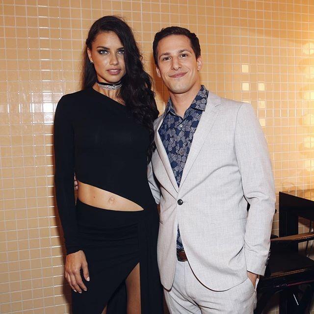 "A modelo Adriana Lima posou com Andy Samberg do grupo ""The Lonely Island"""