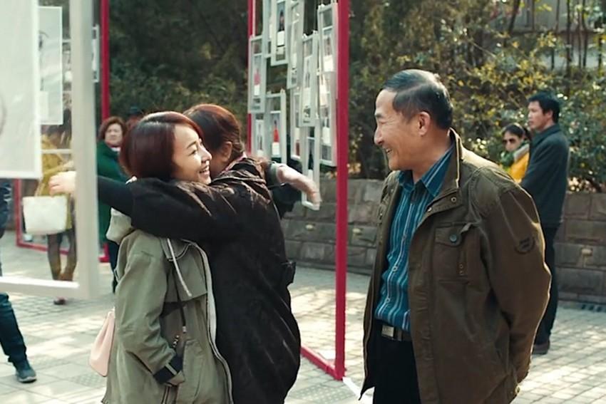 Desta vez, as jovens foram ao Mercado de Casamento de Shanghai – com mensagens especiais para os pais
