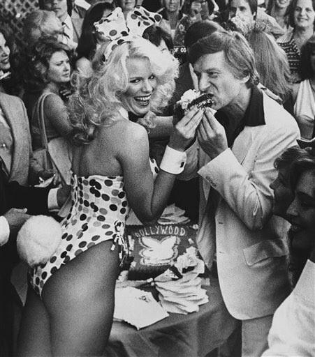 O fundador da Playboy numa das muitas festas de aniversário que deu