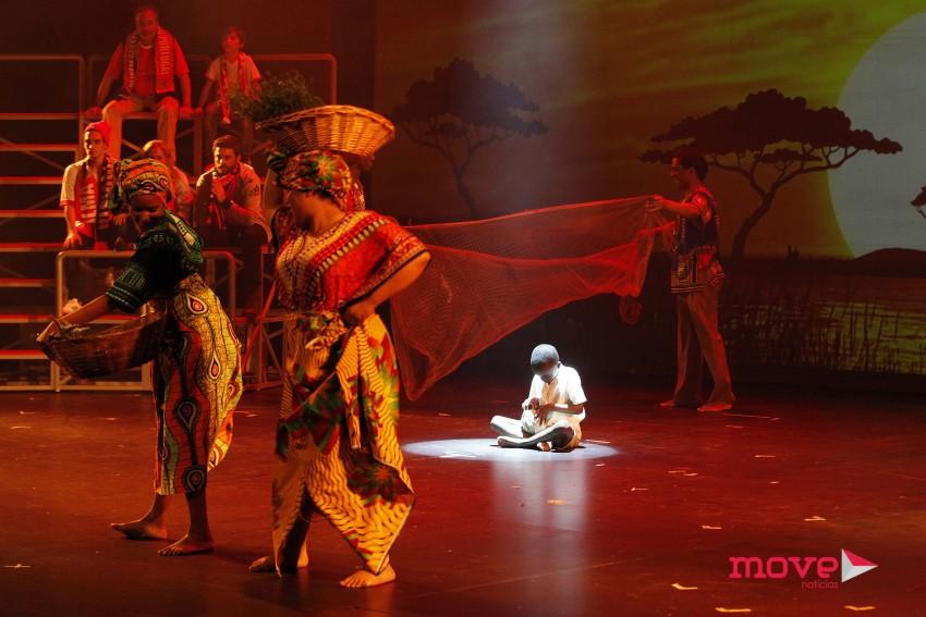 O menino que representa Eusébio ao longo da peça