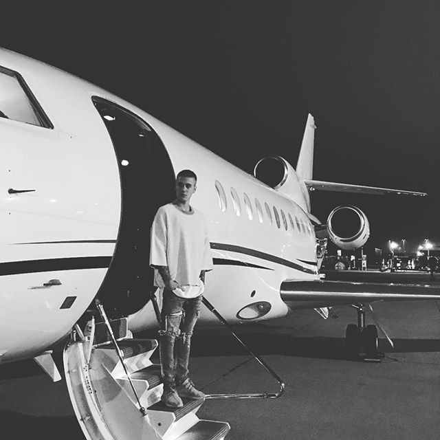 Com o novo penteado a entrar no seu avião privado