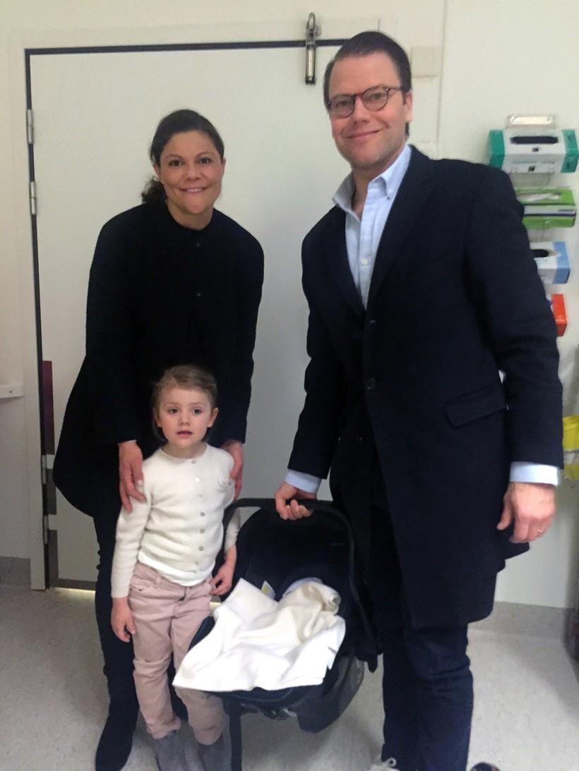 Victoria, Daniel Westling e Estelle à saída da maternidade após o nascimento de Oscar