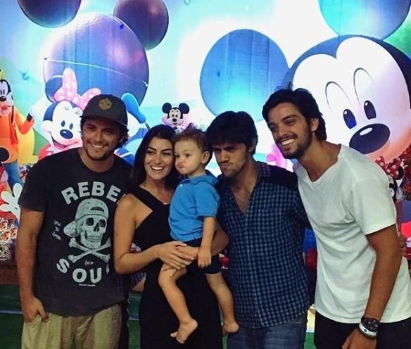 Bruno Gissoni, Mariana Uhlmann, o pequeno Joaquim, Felipe Simas e Rodrigo Simas