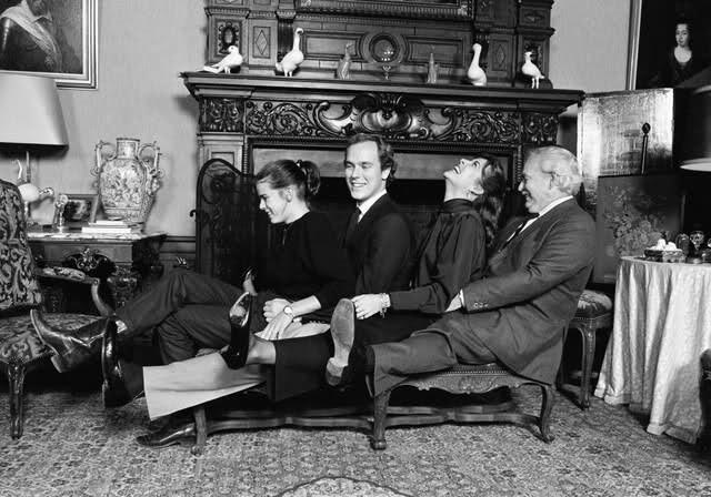 Ranier com os filhos depois da morte de Grace
