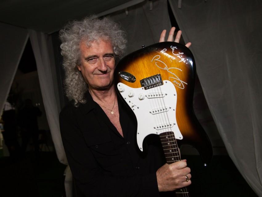 Elemento dos Queen mostra guitarra assinada pela banda